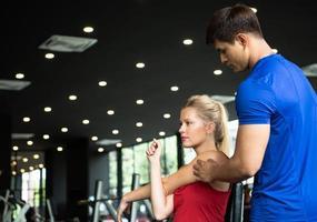les jeunes couples s'entraînent au gymnase pour renforcer le corps photo