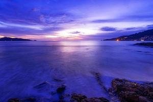 image longue exposition du paysage marin du ciel dramatique photo
