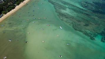 mer tropicale avec des bateaux de pêche à longue queue à phuket en thaïlande photo