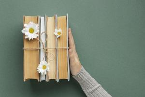 composition créative avec des livres et des fleurs photo