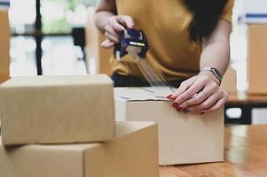 les livreurs de colis emballent des boîtes, transportent. photo