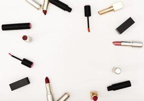 cadre vue de dessus fait de rouges à lèvres photo