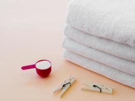 serviettes propres pliées blanches avec pinces à linge photo