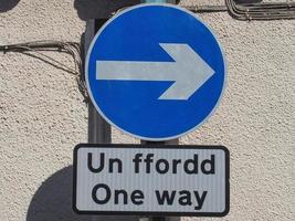 signe de flèche de direction droite. un ffordd signifie aller simple en gallois. photo