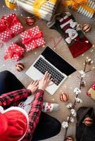 femme faisant des emplettes en ligne à Noël photo