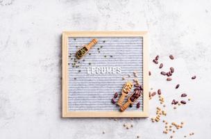 légumineuses avec tableau en feutre avec le texte vue de dessus des légumineuses à plat photo