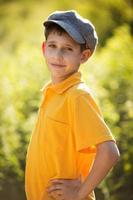 garçon heureux en casquette photo