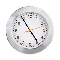 L'horloge ronde du bureau indique près de cinq heures photo