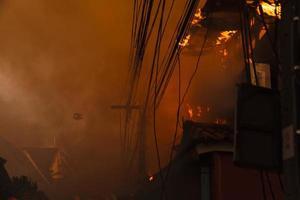 le feu brûle la maison photo