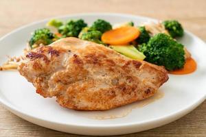 steak de poulet grillé aux légumes photo