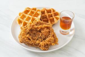 gaufre de poulet frit au miel ou sirop d'érable photo