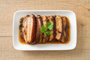 poitrine de porc à la vapeur avec des recettes de cubes de moutarde swatow ou mei cai kou rou photo