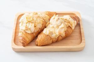 croissant à la crème et aux amandes photo