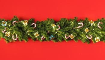guirlande d'arbre de noël avec des cadeaux et des ornements de bonbons photo