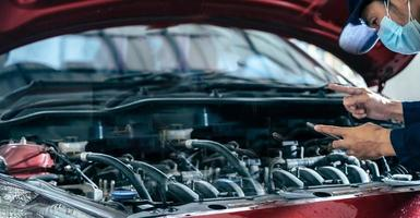 asiatiques homme médical protéger protection masque masque facial inspection mécanicien tenir la clé pour réparer voiture bleue pour service entretien assurance avec voiture moteur capot voiture.pour transport automobile automobile photo