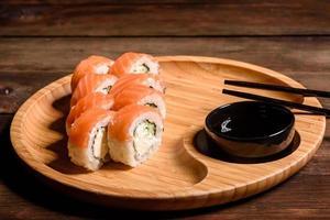 divers types de sushis servis sur fond sombre photo