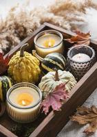composition d'automne avec des citrouilles assorties photo