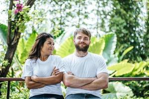 heureux couple souriant diversité dans l'amour moment ensemble photo
