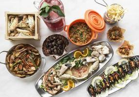 Ensemble de partage de tapas gastronomiques espagnols mixtes sélection sur table de restaurant photo