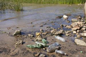 concept de pollution de l'eau avec des ordures photo
