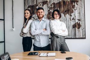 travail en équipe. groupe de 3 personnes au bureau. photo