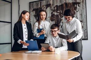 travail en équipe. les collègues et le personnel abordent collectivement des questions importantes photo