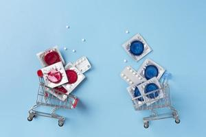 arrangement de préservatifs rouges vue de dessus photo