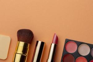 arrangement de rouges à lèvres vue de dessus avec espace de copie photo