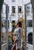 femme enceinte sur la terrasse pensant à serrer son ventre. bonne attente. photo