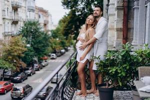 un homme embrasse une femme enceinte sur la terrasse photo