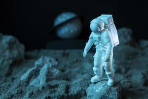 composition d'espace de nature morte avec astronaute blanc photo