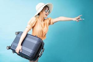 portrait de jeune fille voyageant sur fond bleu photo