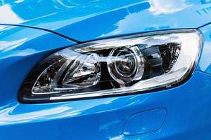 phare de voiture moderne, détail extérieur de voiture bleue photo