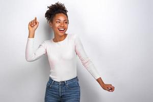 femme mulâtre heureuse se reposer - danser, s'amuser et rire photo