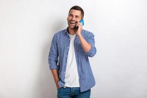 homme qui rit parlant à un smartphone et levant les yeux .- image photo