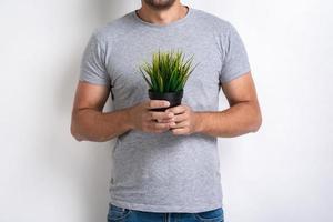 Image recadrée - homme avec pot d'herbe fraîche dans ses mains .concept journée mondiale de l'environnement photo