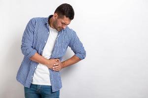 homme malade ayant mal au ventre, tenant pour l'estomac à côté photo