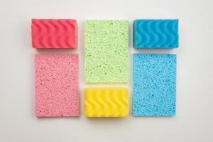 linges de cuisine multicolores disposés sous la forme d'un rectangle sur fond blanc photo