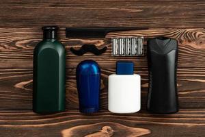outils de salon de coiffure sur fond de bois ancien photo