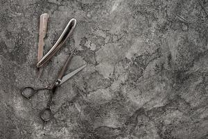 sur fond gris, plâtre est rasoir et ciseaux. photo