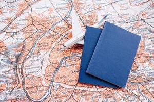 passeports et modèle réduit d'avion sur un fond de carte du monde photo
