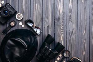 sur une table en bois sont des objets de voyage. le concept de préparation au voyage photo