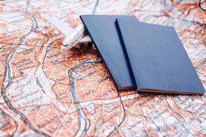 passeports sur la carte du monde photo