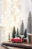 arbre de Noël sur bohek en bois, arrière-plan flou. photo