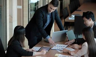 les gens d'affaires planifient l'analyse de la stratégie à partir du rapport de document financier, concept de bureau photo