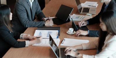 les gens d'affaires rencontrent le concept d'entreprise de discussion de conférence avec un collègue dans un graphique vidéo, discutant du rapport financier de leur entreprise. photo