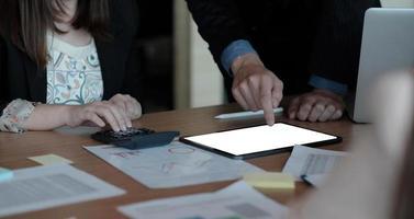 image recadrée d'une femme secrétaire tapant sur un ordinateur portable à écran blanc blanc photo