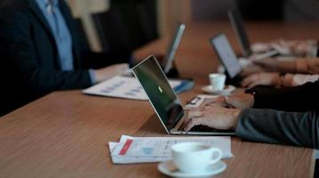 analyse de la stratégie de planification des hommes d'affaires de la diversité à partir du rapport de document financier, concept de bureau photo