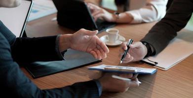 réunion de conseillers commerciaux pour analyser et discuter de la situation sur le rapport financier dans la salle de réunion. consultant en investissement, consultant financier, conseiller financier et concept comptable photo