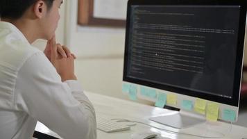 le programmeur vérifie le code sur un ordinateur avec une expression stressante. photo